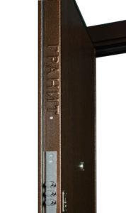 Объемный логотип на ребре дверного полотна Гранит М2